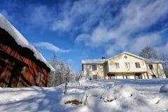 一处多雪的冬天风景的老庄园住宅 免版税库存照片