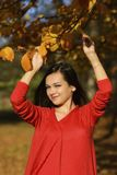 一处浪漫秋天风景的妇女 免版税库存图片