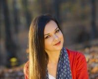 一处浪漫秋天风景的妇女 免版税库存照片