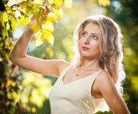 一处浪漫秋天风景的新可爱的妇女 图库摄影