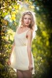 一处浪漫秋天风景的新可爱的妇女 免版税图库摄影