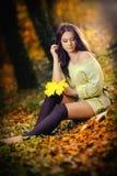 一处浪漫秋天风景的年轻白种人肉欲的妇女。秋天夫人。在森林里塑造一个美丽的少妇的画象 免版税库存照片
