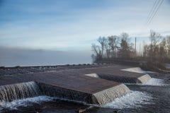 一处美好的挪威秋天风景 在湖的有薄雾的早晨 水漫过水坝的,瀑布 免版税库存照片