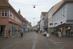 一多云11月天在赫尔新哥 在古老街道附近的游人步行 丹麦 库存图片