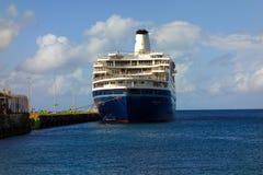 一大cruiseship叫在金斯敦,圣文森特 库存图片