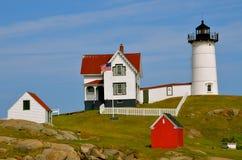 一天的魔术在海滩的在与红色房子和白色篱芭的夏天美国的 免版税库存图片