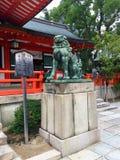 一头古铜色Komainu狗狮子的图片象生田神社在神户市,日本的雕象的 免版税图库摄影