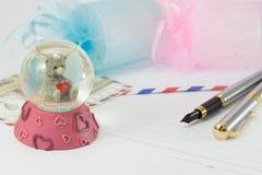 一头可爱的熊的一份玻璃球纪念品 免版税库存图片