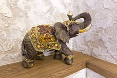 一头大象的小雕象在架子运气的,幸福在房子里 库存照片