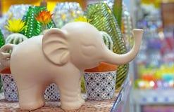 一头大象的装饰小雕象在礼品店的 库存图片