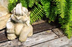 一头大象的雕塑从混凝土的庭院的 免版税库存照片