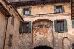 一头威尼斯式狮子的一幅古老壁画在一个房子的墙壁上的在科内利亚诺 圣马克飞过的狮子是标志  库存图片