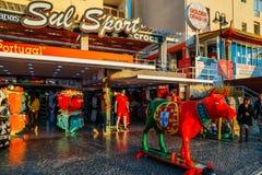 一头母牛的未知的艺术家雕塑在全国葡萄牙颜色绘的水橇板的 库存图片