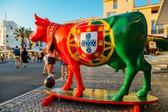 一头母牛的未知的艺术家雕塑在全国葡萄牙颜色绘的水橇板的 免版税库存图片