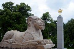 一头狮子的雕塑在一个洞穴的在克里姆林宫的亚历山大公园 免版税库存照片