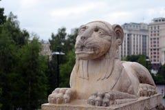 一头狮子的雕塑在一个洞穴的在克里姆林宫的亚历山大公园 免版税图库摄影