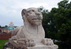 一头狮子的雕塑在一个洞穴的在克里姆林宫的亚历山大公园 库存图片