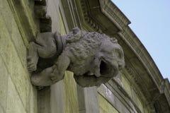 一头狮子的雕塑在一个老房子的墙壁上的 免版税库存图片