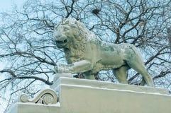 一头狮子的雕塑在海军部堤防的在一冷淡的天 免版税库存照片
