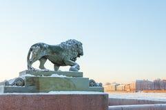 一头狮子的雕塑在海军部堤防的在一冷淡的天 库存照片