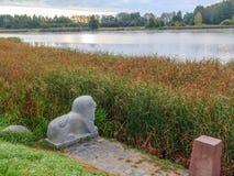 一头狮子的雕塑在涅斯维日城堡的反对池塘的背景 涅斯维日,白俄罗斯- 2016年9月17日 库存照片