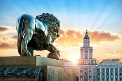 一头狮子的雕塑在Admiralteiskaya堤防的 免版税图库摄影