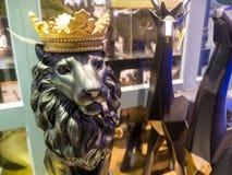 一头狮子的雕象与冠的 库存图片