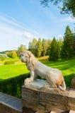 一头白色狮子的大石楼梯和雕塑在垫座的在Pavlovsk在圣彼德堡,俄罗斯附近停放 库存图片