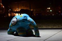 一头蓝色大象-在横滨市,日本街道的形状的艺术品  免版税库存照片