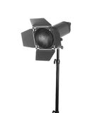 一套专业演播室照明设备的特写镜头,隔绝在白色背景 演播室聚光灯 设备照片 免版税库存图片