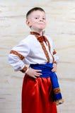 一套五颜六色的服装的骄傲的年轻男孩 免版税库存照片