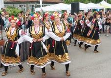一套全国服装的舞女在Nestinar比赛在保加利亚人村庄,保加利亚 免版税库存照片