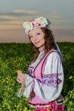 一套全国白俄罗斯语服装的一个美丽的女孩 免版税图库摄影