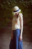 一套减速火箭的衣服的时髦的女孩 免版税图库摄影