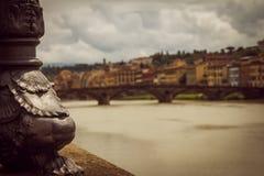 一套发光设备的部分在河旁边的 未聚焦的市的全景佛罗伦萨 免版税库存照片