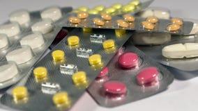 一套各种各样的片剂和胶囊在水泡 免版税库存图片