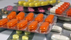 一套各种各样的片剂和胶囊在水泡 免版税库存照片