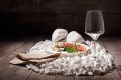 一套在木背景的开胃菜 肉和roquefore葡萄酒杯和板材在白色岩石 用餐细致的草本海螯虾柠檬豪华白色的背景概念 免版税库存照片