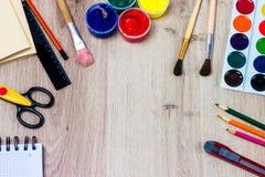 一套在木背景的文具,艺术家的地方 免版税库存照片