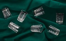 一套在绿色布料背景的酒杯 顶视图 图库摄影