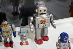 一套在陈列的小古老机器人 免版税库存照片