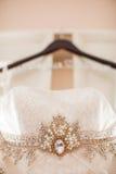 一套垂悬的婚礼礼服的特写镜头 免版税库存照片