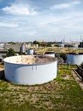一套大闭合的工厂设备的老被风化的水处理设施 免版税图库摄影