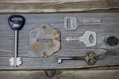 一套失去的钥匙和一个老匙孔 库存照片