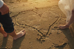 一套婚礼礼服的Photoshoot恋人在海附近的海滩 免版税库存照片