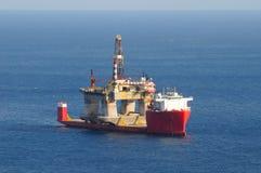 一套抽油装置的运输在一条半被淹没的小船的 库存图片