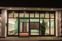 一套摩天大楼住房的入口在晚上 免版税库存图片