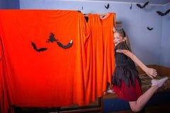 一套服装的快乐的十几岁的女孩为万圣夜 免版税库存照片