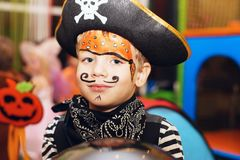一套海盗服装和构成的小男孩在他的面孔是havin 库存图片