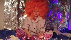 一套滑稽的衣服的孩子坐色的背景 股票视频